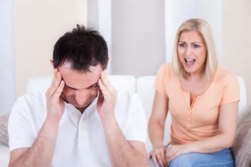 دلیل پنجم خیانت مرد به همسرش : سرزنش کردن مرد توسط زن