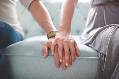 برای افزایش میل همسرتان از دستهایتان استفاده کنید