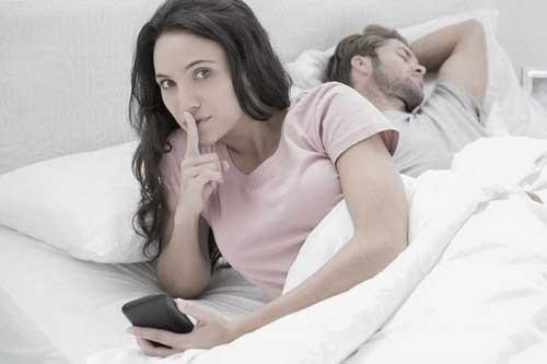 چک کردن گوشی همسر
